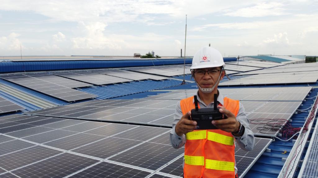 Trabajador de la construcción de Vu Phong Solar en la cima de un tejado solar