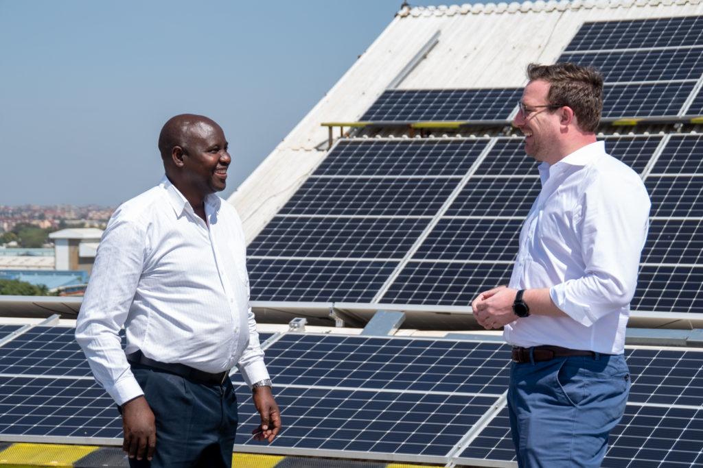 Giám đốc điều hành Martin Baart tại nhà máy năng lượng mặt trời cho Vision Plaza ở Kenya