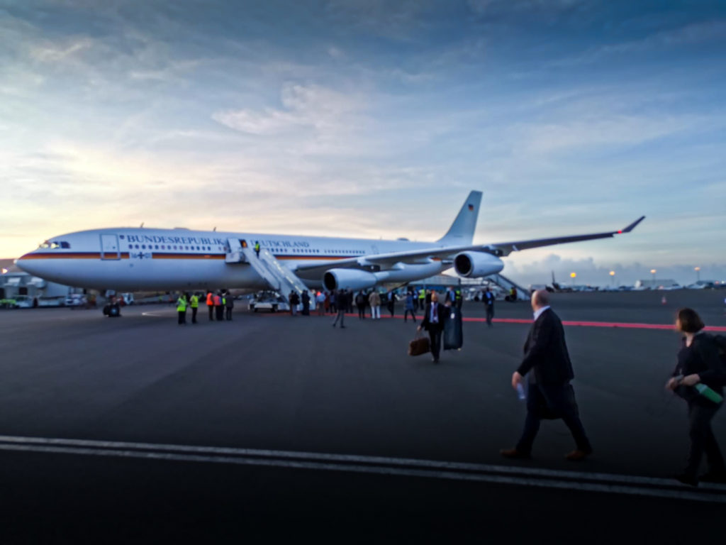 Die Ankunft des Präsidentenflugzeugs auf dem internationalen Flughafen Jomo Kenyatta.