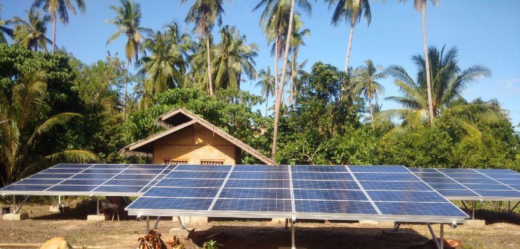 Mảng bảng điều khiển năng lượng mặt trời tại Qi Palawan. © Autarsys GmbH