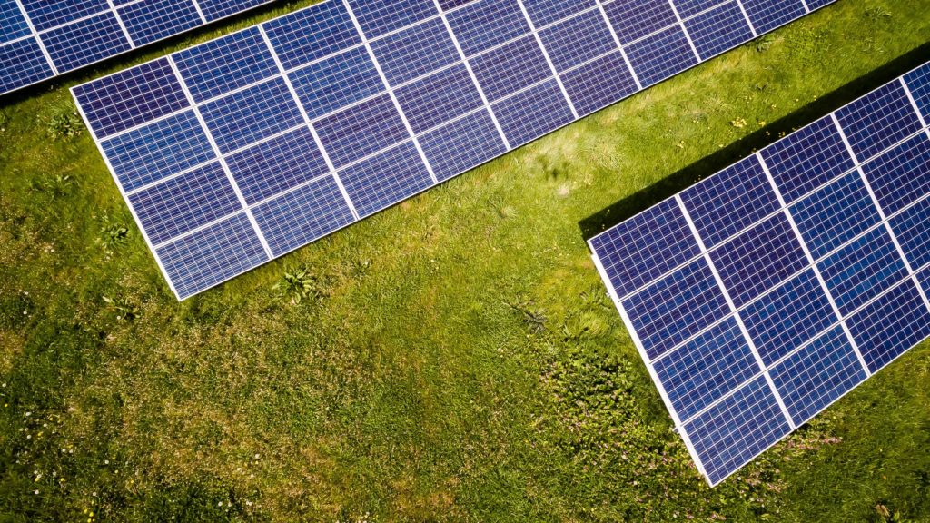 Bảng điều khiển năng lượng mặt trời trong chế độ xem mắt chim