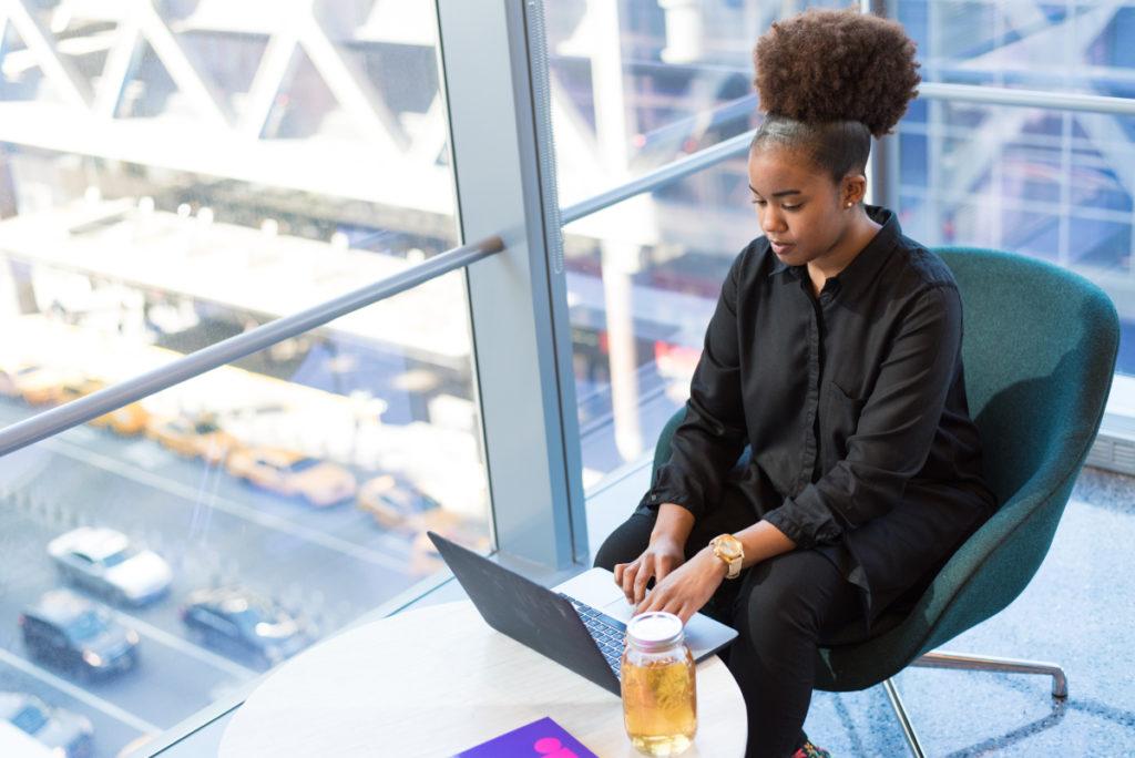 Mujer trabajando en una oficina.