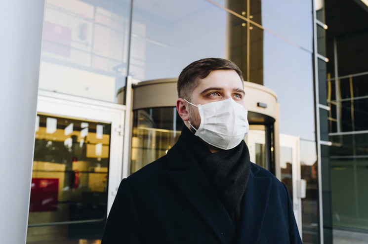 Ein Mann trägt eine Covid19-Schutzmaske
