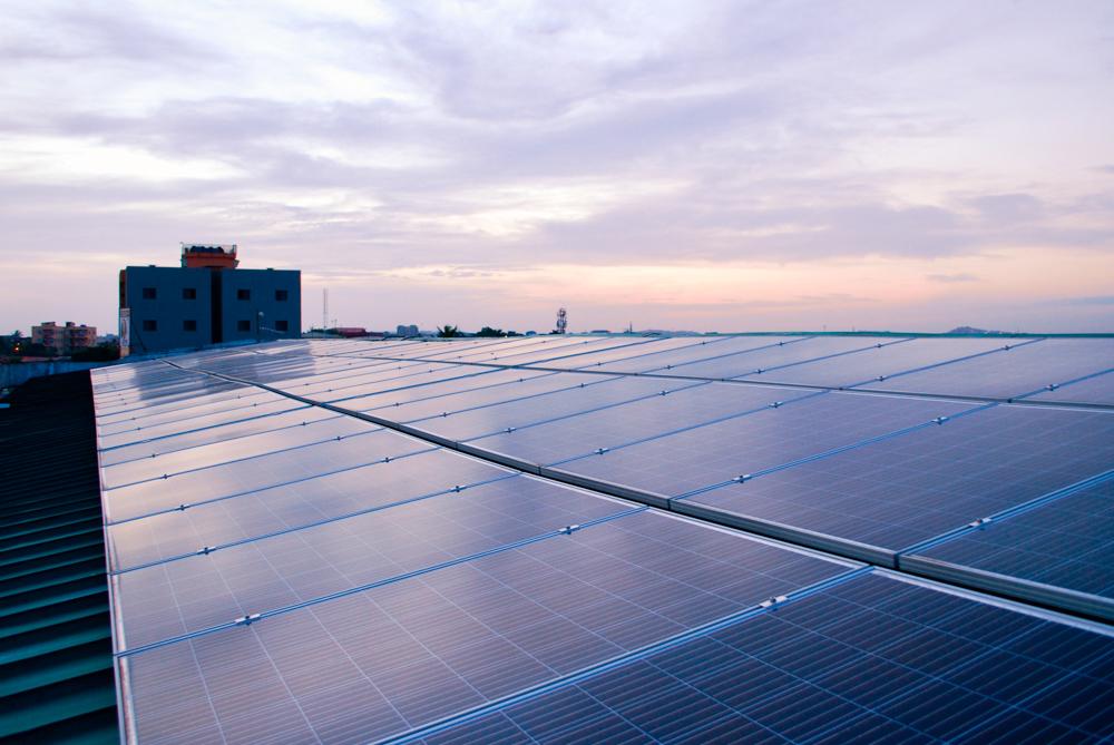 Blick auf ein Solarmodul bei Sonnenuntergang.