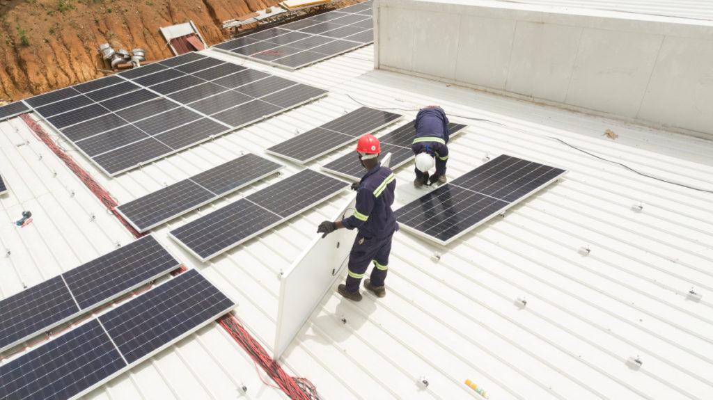 Hệ thống năng lượng mặt trời đang được lắp đặt tại fairafric