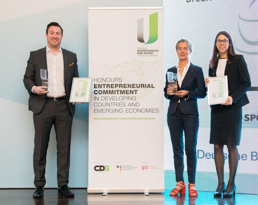 ecoligos CEO Martin Baart mit Dr Alexa Haeusgen und Anja Lehr von HAWE ©THEGREYSHUTTER_2019