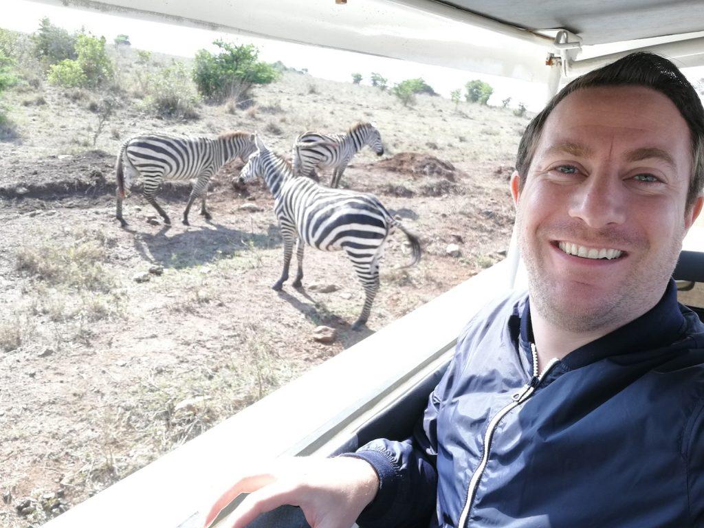 Giám đốc điều hành ecoligo Martin Baart đi chơi với một số chú ngựa vằn ngoài đời thực.