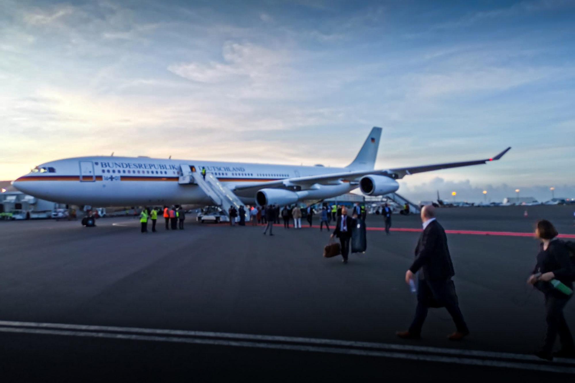 Sự xuất hiện của máy bay tổng thống tại sân bay quốc tế Jomo Kenyatta.