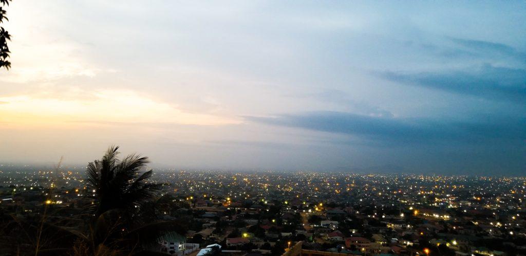 Accra, Ghana vào ban đêm.